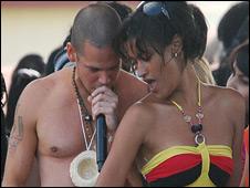 Calle 13 cantando con seguidoras cubanas
