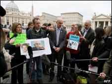 Protesta de víctimas de abusos frente a la plaza San Pedro en el  Vaticano