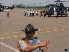 Helicópteros se aprestan a participar en operativo de liberación de rehén de las FARC.