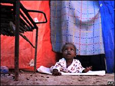 Niña en una tienda de campaña en Haití