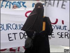 法国穆斯林妇女抗议政府的禁令