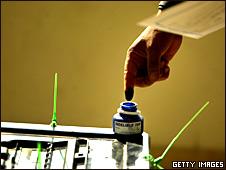 Votante con el dedo manchado de tinta