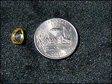 Diamante Dorie ao lado de uma moeda  (foto: Departamento de  Parques e Turismo do Arkansas)