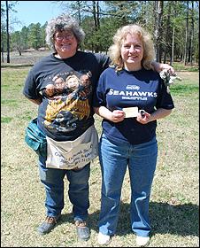 Patti Kubli (dir.) e sua irmã com o Diamante Dorie (foto:  Departamento de Parques e Turismo do Arkansas)
