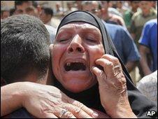 Mulher chora a morte de familiares depois de ataques em Bagdá