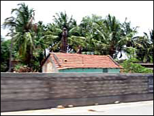 सड़क के किनारे का एक गाँव