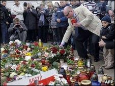 Público depositou flores e homenagens em frente ao Palácio Presidencial