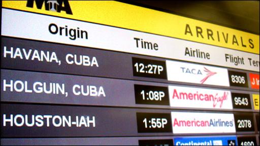 Pantalla del Aeropuerto de Miami con vuelos a Cuba. Foto: Ignacio de los Reyes, BBC Mundo