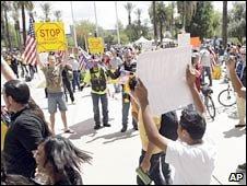 Oponentes e partidários da lei de imigração fizeram manifestações em Phoenix