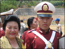 100427103745 sapkeluarga Etnis Tionghoa Pertama Lulusan AKPOL