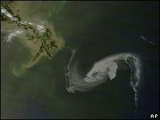 Imagen de la NASA que muestra la mancha de petróleo llegando a Luisiana.