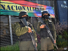 Soldados em frente à sede da ELFEC