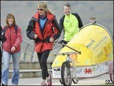 Rosie Swale correndo no dia 30 de abril