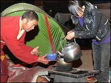 玉树当地以及来自外地的喇嘛在玉树地震后成为救灾主力