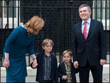 Gordon Brown, ex primer ministro británico, con su familia