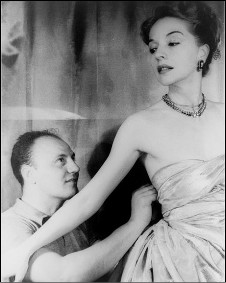 Ruth Ford com o estilista francês Pierre Balmain, em 1947 (foto:  Carl Van Vechten/Library of Congress)