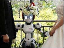 إنسان آلي يعقد قران زوجين يابانيين