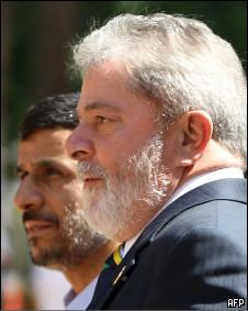 O presidente Lula é recebido por Ahmadinejad em sua chegada a Teerã