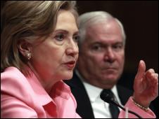 Госсекретарь США Хиллари Клинтон и министр обороны Роберт Гейтс на слушаниях в сенате (18 мая 2010 года)