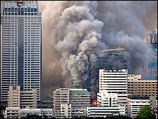 Nhiều khu building quan trọng tại Bangkok bị cố tình phát hỏa khi   phe áo đỏ đầu hàng