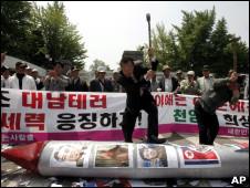 Dos manifestantes en una manifestación contra Corea del Norte en Seúl.