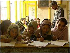 Nargis, entre varias alumnas en un centro para niños callejeros de Kabul