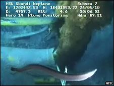 Imagen subacuática de fuga de petróleo