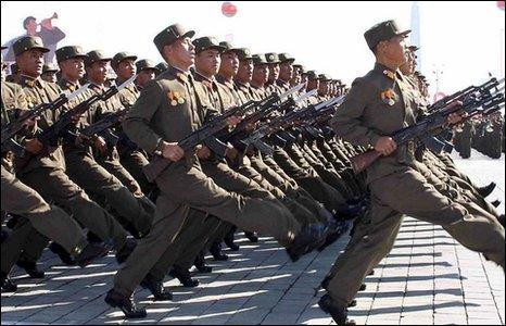 Lính Bắc Hàn diễu binh trên Quảng trường Kim Nhật Thành nhân kỷ niệm 60 năm ngày thành lập Đảng Công nhân