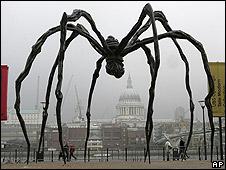 """""""Maman"""", una araña gigante exhibida a las afueras del museo Tate Modern en Londres."""
