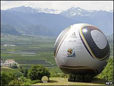 Réplica de la pelota Jabulani en Italia
