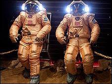 """Los trajes que portarán los """"astronautas""""."""