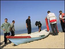 Policiais do Hamas examinam barco que teris sido usado por militantes palestinos mortos (Foto Mohammed Abed/AFP/Getty)