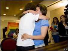 Helena Paixao e Teresa Pires se abraçam após casamento. Crédito: AP Photo/ Francisco Seco