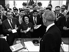 Helen Thomas asiste a una rueda de prensa del presidente de EE.UU. Lyndon b. Johnson en 1968