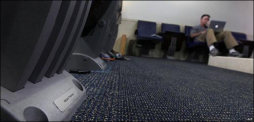 Letrero al pie de la silla reservada a Helen Thomas en primera fila de la sala de prensa de la Casa Blanca.