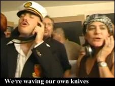 Klip video satir juga menyertakan rekaman asli serbuan Israel
