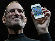 Steve Jobs con el iPhone blanco