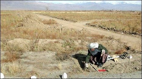 Hombre retirando bombas en Afganistán