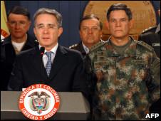 El presidente Uribe solidarizándose con el coronel Plazas