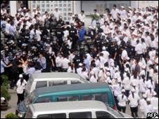 中国江苏昆山台资厂罢工工人和警方冲突