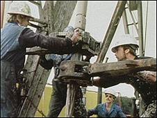 Hombres trabajando en una planta petrolera