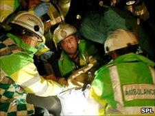 Paramédicos atendiendo a herido