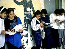 कुर्दिस्तान में स्कूली बच्चियाँ