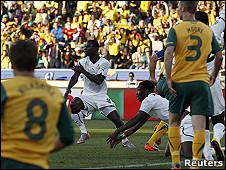 المنتخب الغاني (أبيض) يواجه المنتخب الأسترالي (أصفر)