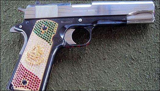 Pistola con la bandera de M�xico en piedras preciosas