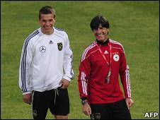 المدرب لوف(يمين) واللاعب بودولسكي