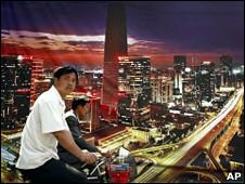 骑车经过海报的北京人