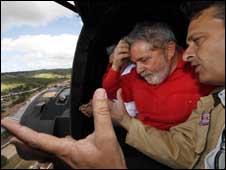O presidente Lula sobrevoa cidades afetadas por chuvas juntamente  com o governador de Pernambuco, Eduardo Campos (Foto: Ricardo Stuckert /  PR)