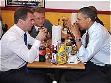 Hai tổng thống ăn bánh mì thịt hamberger