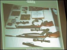 Polisi memperlihatkan foto senjata yang disita dari kelompok  Abdullah Sonata
